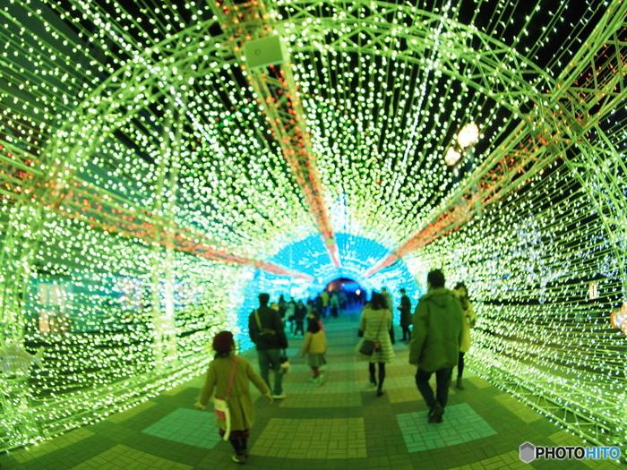 海遊館へと続く天保山広場には、光のトンネルが出現します。このトンネルをくぐると幻想的な空間が待っています。