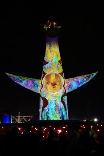 万博イルミナイトでは、万博記念公園のシンボルともいえる「太陽の塔」が様々な色の光を浴びて壮麗な姿へと変貌するプロジェクションアートが施されます。