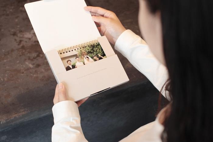 気になるお値段は想像以上にリーズナブル。写真屋さんでプリントされるので発色はきれいで紙質も高級感があります。 さらに感動するのはカレンダーが入っているクラフト製のケース。シンプルで洗練されたデザインの特製パッケージ付きなのです。これならラッピングなどを別途する必要がないので、贈り物にもぴったりです。