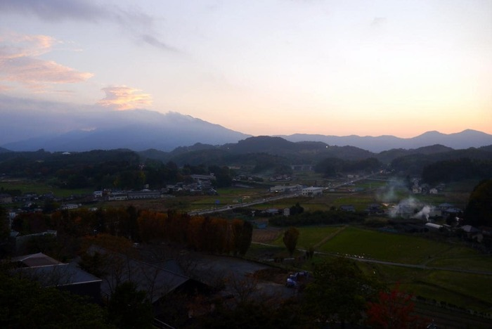 山の上に建つ「常陸国 出雲大社」は、ロケーション抜群。春の頃は桜が美しく、展望台からは、ゆったりとした笠間の景色が望めます。【晩秋の夕暮れ時の眺め】