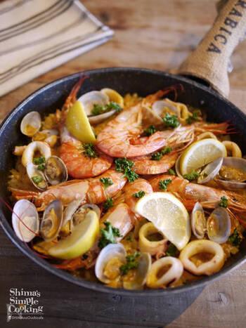 【 簡単豪華!フライパンでシーフードパエリア 】 魚介がたっぷり入ったパエリアは、あまり手間がかからないのに見映えが良く、みんなでシェアしやすいメニューです。こちらのレシピではトマトケチャップを使うので、味付けもお手軽。気負わず作ることができます。