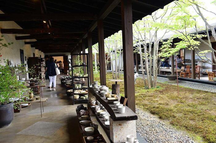 栃木県「益子」と並び、全国的に知られる焼物の町です。【「回廊ギャラリー門」店内】