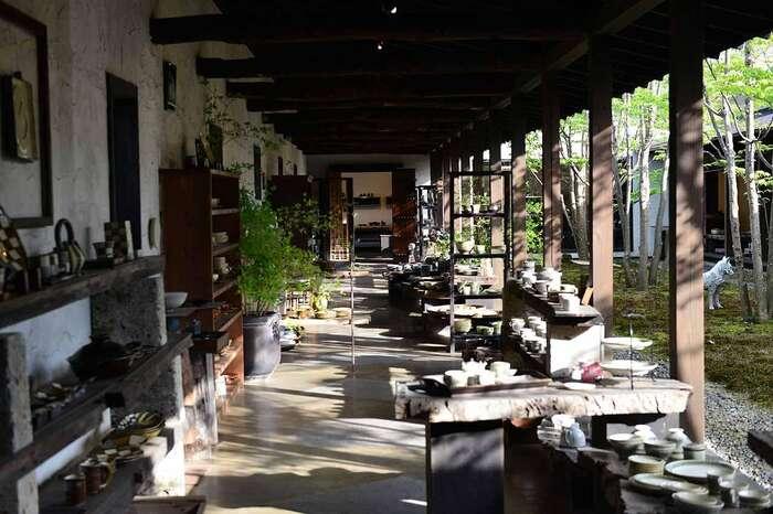 蔵のような外観の「回廊ギャラリー門」は、笠間で屈指の人気を誇るショップ&ギャラリーです。