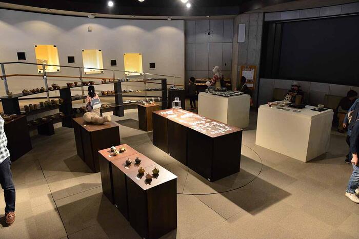 【「クラフトヒルズギャラリー」では、入館無料で笠間の陶芸作品や工芸品が公開されている。(画像は、企画展示会を常時開催している「クラフトヒルズギャラリーⅡ」)】