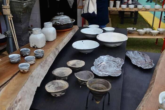 江戸中期に信楽の陶工の指導によって始まったと伝わる「笠間焼」は、江戸期を通じて笠間藩に保護され、幕末から明治にかけては、江戸・東京に向けた日用雑器が大量生産され、流通していた焼き物です。 【2019年開催の「笠間の陶炎祭(ひまつり)」の販売ブース】