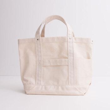 """""""シンプルで長く着ていけるような日常着""""を目指す国内ファッションブランド「YAECA(ヤエカ)」のトートバッグは、そのコンセプト通りのシンプルさと丁寧な仕立てが魅力。コットン生地にナイロンを混紡することで、より丈夫で軽いバッグに仕上げています。上品な見た目ながら、デイリーで持ちたくなるような使いやすさが人気の秘密。サイドのリベットもポイントです。"""
