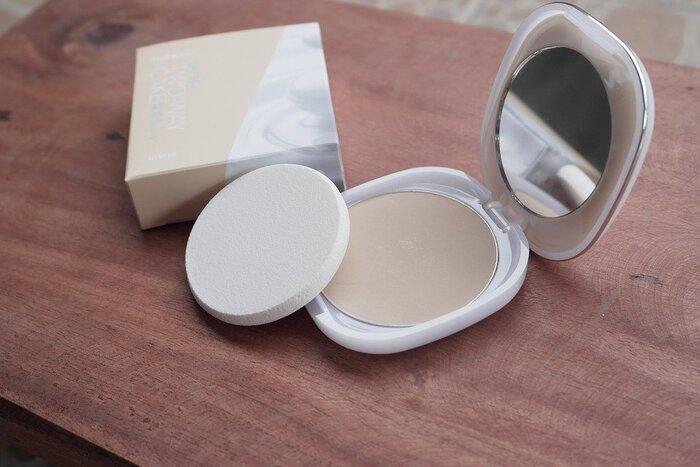 プレストパウダーは、パウダーを固めてあるタイプ。持ち運びがしやすいので、化粧直しにぴったりです。カバー力があるので毛穴やくすみもきれいに見せてくれます。ファンデーションブラシを使って肌にのせると、より透明感のある仕上がりになります。