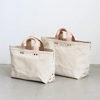 古びても愛おしく、生活の一部になるモノづくりをコンセプトに掲げる「P.T WORKS&DESIGN(ピーティーワークス&デザイン)」のバッグは、ベーシックな形の中にピリッとスパイスをプラスしたデザイン。例えば、持ち手をヌメ革にしたり、上品に煌めくコパーリベットを付けたり、他にはない付加価値を付けること。ずっと長く使いたくなる、良質素材とデザイン、馴染みの良さを大切にしています。