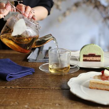 様々なフレーバーに琥珀色の輝きは紅茶ならではの楽しみです。ゆったり紅茶の個性を楽しめるお気に入りポットを用意して、特別な時間作りの脇役にしましょう。