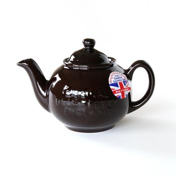 丸くコロンとした形に、艶やかな茶色の釉薬がほっとさせてくれます。イギリスの土で作られた伝統的なティーポットです。陶器から伝わるじんわりとした温かさを楽しみたい。
