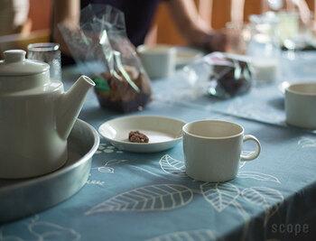 ソーサーはお皿として使うことも可能です。ちょっとしたお茶のお供を乗せて、ティータイムを楽しめそう。