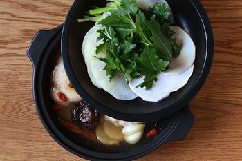 土鍋と専用すのこを活用した蒸し料理レシピ。蒸した野菜のエキスが鍋のスープにも移り、美味しい相乗効果を発揮します。
