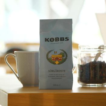 アジアからの茶葉や白茶の茶葉に、ブラックカラントの葉やバラの花など爽やかでフルーティーなブレンドに仕上げた紅茶です。ストレートの他、水出しでアイスティーでの楽しみ方もあります。