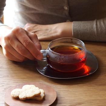 カップはガラス、ソーサーはステンレスで出来ているカップ&ソーサーです。背の低い形に小さな取っ手が何とも言えず可愛らしい。スッキリとしたステンレスとの組み合わせも絶妙です。