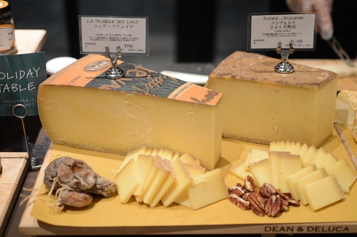 チーズやドライフルーツも、おつまみとしてそのまま食卓に並べられるちょうどいい食材です。【DEAN & DELUCA】ではバイヤーたちが冬におすすめのチーズを豊富にセレクトしているのだそう。日本ではここでしか買えない貴重なチーズもあるので、チーズに詳しいゲストにも喜んでもらえるはずです。