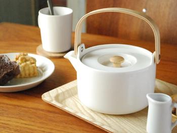 シンプルな形に木製の取っ手が北欧の風を感じさせるマリメッコのティーポットです。中の茶漉しも陶器製で出来ています。お気に入りのティーカップとの相性もいいかも知れません。