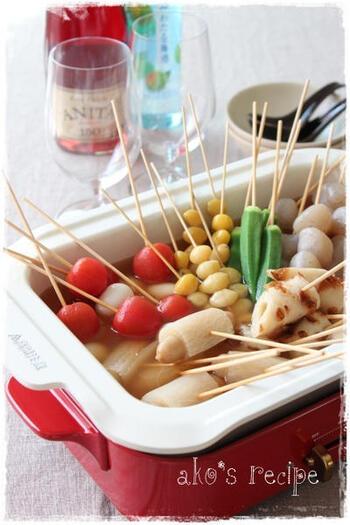 冬になると食べたくなる熱々のおでん。BRUNOのホットプレートにセラミックコート鍋をセットし、竹串に刺した具材を出汁で煮込んだら完成。おでん屋さんのような雰囲気を卓上で演出できます。