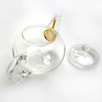 丸くコロンとした形のガラス製のティーポットです。茶漉しの部分は24金でコーティングされていて、紅茶への味わいへも配慮されています。ポットの中でジャンピングする茶葉の様子を存分に楽しみたい。