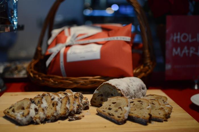 この時期は各国からセレクトされた伝統菓子もおすすめ。ドイツの伝統菓子「シュトーレン」は、クリスマスを待つ間を楽しむケーキと言われています。日持ちするのでパーティーへの手土産にもぴったりです。
