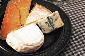 チーズなら大小様々な物があるので、贈る相手によって選びやすいのもメリット。ワイン好きの方に喜ばれそう。