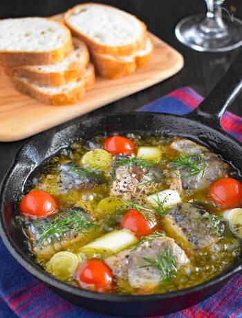 サバ水煮缶を使ったお手軽アヒージョのレシピ。ミニトマトやハーブを加えて彩りよく仕上げましょう。