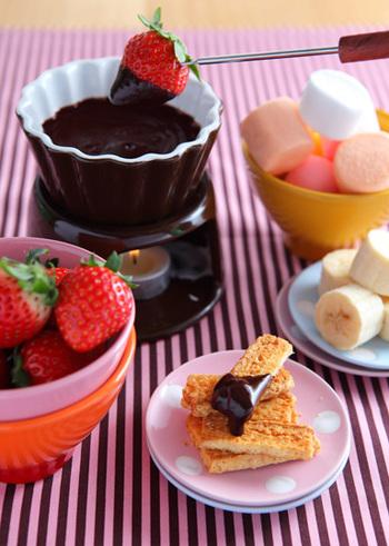食後の後におすすめのチョコフォンデュ。チョコレートと生クリームの他、隠し味でブランデーを入れて大人の味わいにするのも◎フルーツやマシュマロ、ポテトチップスなどもおすすめです。