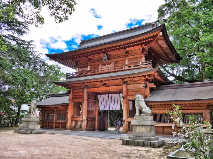 全国に1万社以上の分社を持つ、由緒ある神社。古くから武士の信仰を集め、源義経をはじめ数々の武将が参拝しています。国宝や重要文化財の指定を受けた甲冑も多く奉納されています。