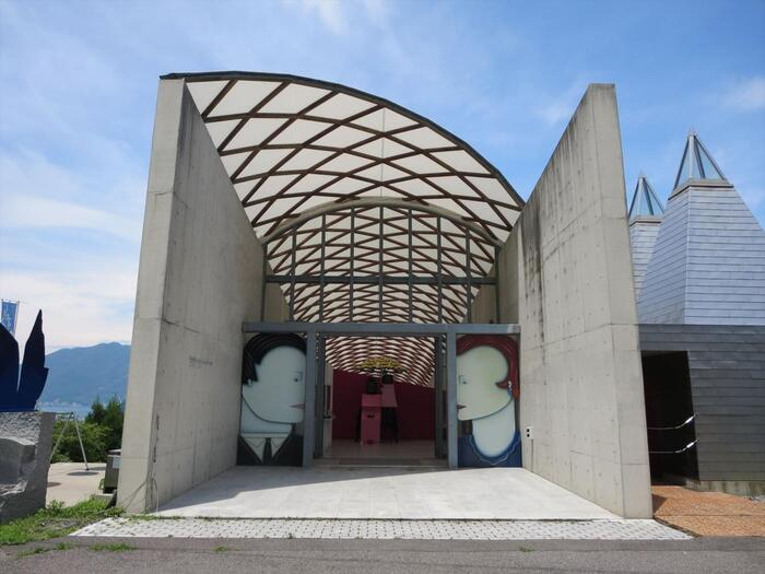 現代アートが約30点展示された美術館。入り口の自動ドアに描かれているのは「Kissing Doors」という作品。自動ドアが閉まるときにキスをするという面白いアイディアのものです。