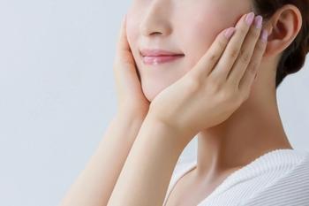 肌は丁寧に扱うことで、ツヤとハリが生まれます。肌のコンディションに合わせて、基礎化粧品をチェンジしてみるのもいいですね。  また、スキンケアに気を配ることはもちろんですが、しっかり食べて、十分な睡眠をとることも大切です。  日ごろから肌に優しく触れる習慣を身に付けて、自分の手で肌の状態を知るようにすることが大切です。