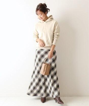 スカートのシルエットがフェミニンだし、バッグや足元もさりげなく女性らしさのあるアイテムなので、パーカーを合わせても大人カジュアルに仕上がります。
