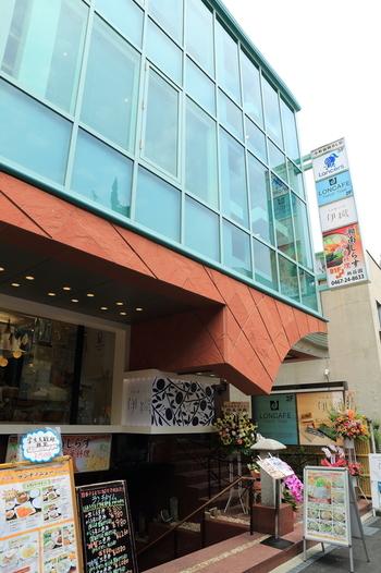 JR鎌倉駅から徒歩3分ほどの所にある、ビルの2階がカフェになっています。ガラス張りのスタイリッシュな外観が目印ですよ。