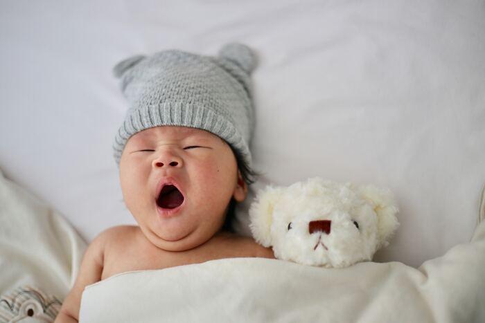 そこで活躍してくれるのが「赤ちゃん帽子」。その可愛いデザインに一目ぼれして、思わず手に取ってしまうアイテムですね。赤ちゃんの大切な頭を守ってくれる赤ちゃん帽子は、見た目はもちろんその機能性もとっても大切。そこで今回は、赤ちゃん帽子を選ぶためにチェックしたいサイズや素材などをおさらいしながら、かわいいアイテムをご紹介してみたいと思います。