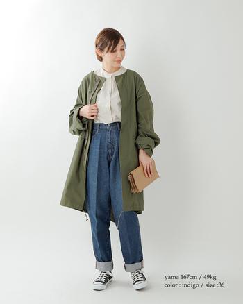 定番のデニムですが、これからそろえたいのはかっこよくもエレガントにも着れる、大人のデニムを。ほどよいワイドさが今年らしいデニムパンツも、センタープレスが入ったデザインなのできれいめにも履くことができますね。