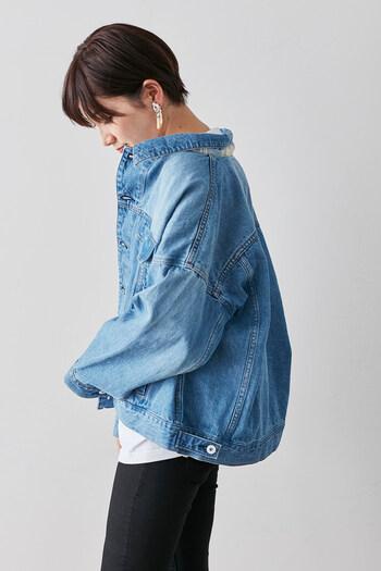 トレンドのオーバーサイズのデニムジャケットは、襟を抜いて着ることで女性らしくも決まる使い勝手のよさが魅力。襟の裏側がチェックになったデザインで、少しの華やかさをプラスできます。