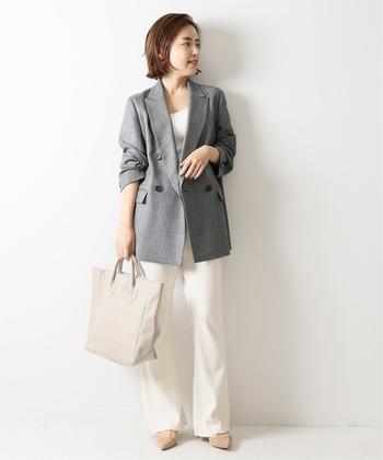 上下ホワイトコーデに細かいチェック柄のピンチェックオーバージャケットを羽織って。今旬のメンズライクなオーバーサイズジャケットですが、素材の柔らかさと短めに作られた袖丈で女性らしさもしっかり出ています。グレーと白の色の組み合わせも爽やか♪