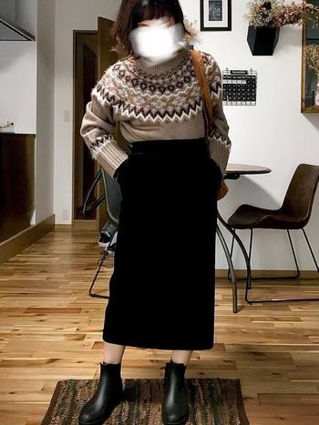 人気の高いノルディック柄ニットには、ブラックのスカートを合わせてニットのデザインを引き立ててあげましょう。ほっこりしすぎない、シックな着こなしが素敵です。