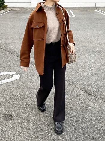 冬のトップスで欠かすことができない「ニット」。今季はデザイン性と暖かさを兼ね備えたモックネックがおすすめです。女性らしい印象のベージュは、トレンドのメンズライクなCPOジャケットと合わせて、旬の着こなしを楽しみましょう。