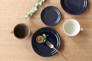 黒やブルー系など、濃色のプレートは大人っぽい落ち着きのある雰囲気に。メニューには「赤」「黄色」「緑」にもう一つ「白」を意識して取り入れるのがおすすめです。ケーキやフルーツなどとも合わせやすいプレートです。