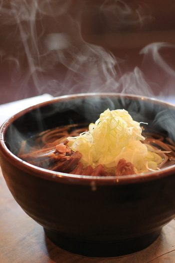 山形のしっかりした食感の太めな麺と、しっかり味が染み込んだ地鶏がのったあったかい肉そばは、冷えた体に染み入ります。