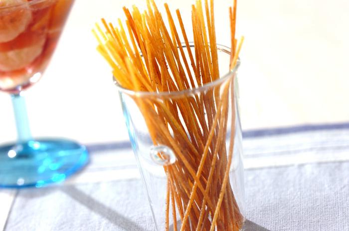 少ない油で狐色になるまでパスタを揚げて、塩胡椒をまぶせば、パリパリ美味しい揚げパスタが完成!  塩こしょうにカレー粉をプラスしたり、ちょっぴり贅沢にトリュフソルトをかけたりしても美味しいですよ。飽きのこない美味しさはうっかり食べ過ぎ注意です。