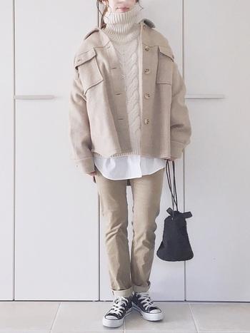 カラーやトーンを合わせたワントーンコーデ。アイボリー系のワントーンコーデは、ぼやけた印象にならないよう、ケーブル編みのタートルニットでさり気なく変化をつけて。ワーク感のあるジャケットは、トレンド感も出るのでワンランク上の上級者コーデに仕上がります。