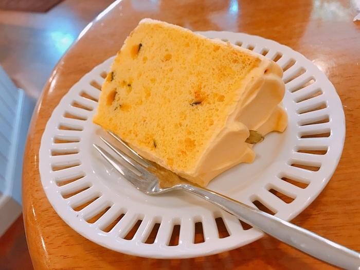 こちらは「かぼちゃのシフォン」。生地にもクリームにもかぼちゃを練りこんでいて、ホクホクとした食感とやさしい甘さ。余計な添加物を使わず卵白の泡で焼き上げているので、ふわふわ食感が魅力です。
