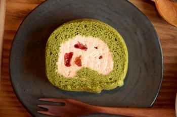 トマト風味の生クリームとトマトのコンポートを、ほうれん草の生地で包んだ「トマトのロールケーキ」は、コントラストが美しく、ヘルシーであっさりとした後味です。