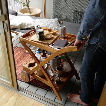荷物の移動がラクラクできる、タイヤ付きのこんなガーデンワゴンも上手に使ってみましょう。室内からドリンクなどを持ち込むのにも便利ですが、育てているグリーンを並べてテラスに常設しておいても絵になります。日当りによって鉢を移動したり、くつろぎの場にグリーンを運んできたりと、用途はいろいろありそうですね。