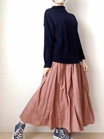 ニットのような上質感がありながら、お手ごろ価格で手に入る「ソフトニットフリースハイネック」。一枚でこなれ感のあるコーデを作ることができますよ。ふわりと広がるスカートを合わせてスタイルにメリハリを出し、周りとちょっぴり差をつけた着こなしに♪