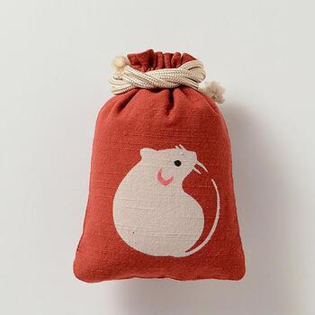 小さなおめめがキュートな干支柄の巾着です。素材は丈夫で素朴な風合いの会津木綿、模様は江戸型染をアレンジした技法で染められています。