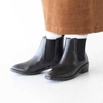 EMUのレインブーツは、とっても上品。レザーにも見えるマットな仕上がりと、先が細めのスタイリッシュなデザインがとってもおしゃれです。サイドゴア仕様なので、厚手の靴下でも、楽に脱ぎ履きできるところがいいですね。