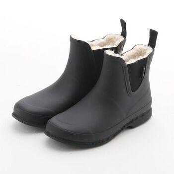 TRETORNのボア付きラバーブーツなら、足全体があったかい!寒さが厳しい北欧の国・スウェーデンで生まれたブランドらしいアイテムです。見た目はちょっぴり重そうですが、軽量ソール構造なので、軽い履き心地。プルタブ付きのサイドゴア仕様で、楽に履けるところも魅力です。