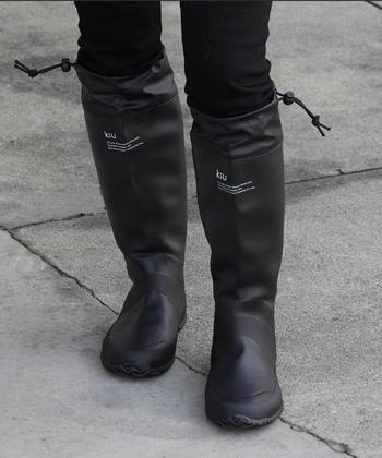 KiUのレインブーツは、膝下までのロング丈。地面からの跳ね返ってくる雨も、しっかりカバーできます。履き口を締めれば、冷気も入らず快適に♪きれいなシルエットも素敵です。くるくる折りたためるパッカブル仕様なので、雨が心配な日のお出かけや旅行先にもおすすめですよ。