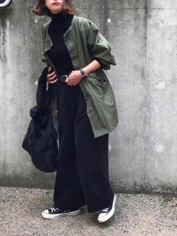 ブラックのコーデュロイパンツを、ミリタリージャケットを羽織ってメンズライクにまとめたコーデ。トップスもバッグも黒で大人っぽく仕上がっています。